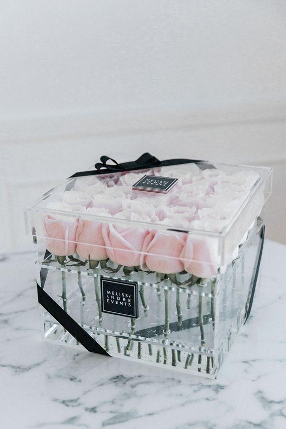 خرید آنلاین و اینترنتی باکس گل شیشه ای رز سفید با جعبه مکعبی شفاف در تهران از گلفروشی و فروشگاه انلاین شادیچی