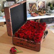 خرید آنلاین و اینترنتی باکس گل چوبی طرح چمدان رز قرمز در تهران از گلفروشی و فروشگاه انلاین شادیچی