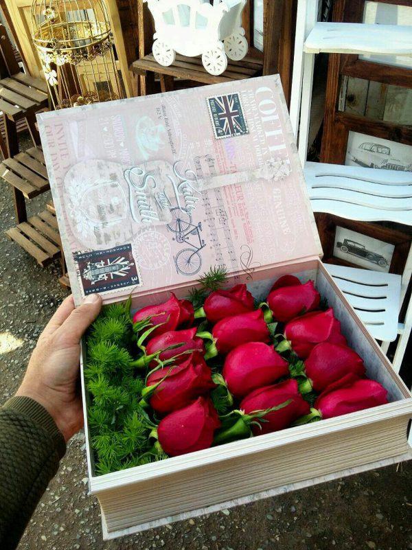 خرید آنلاین و اینترنتی جعبه گل رز قرمز با جعبه چوبی طرح کتاب در تهران از گلفروشی و فروشگاه شادیچی