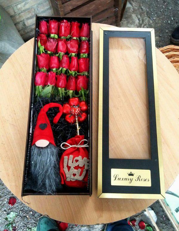 خرید اینترنتی و آنلاین باکس گل رز شیک قرمز با جعبه مکعبی در تهران از گلفروشی و فروشگاه انلاین شادیچی