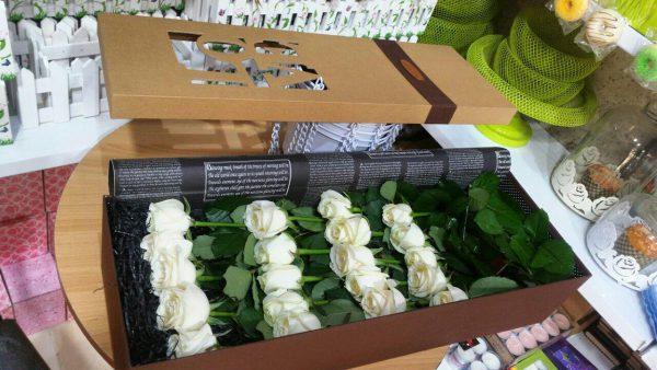 خرید آنلاین و اینترنتی باکس گل رز سفید خوابیده ارزان با جعبه مستطیل در تهران از فروشگاه و گلفروشی انلاین شادیچی