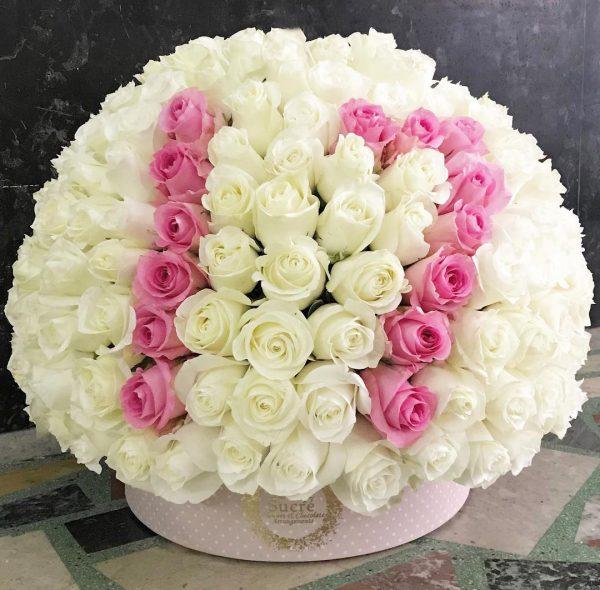 باکس گل استوانه ای هارد باکس با گل رز سفید و صورتی و طراحی عدد 17شماره 179