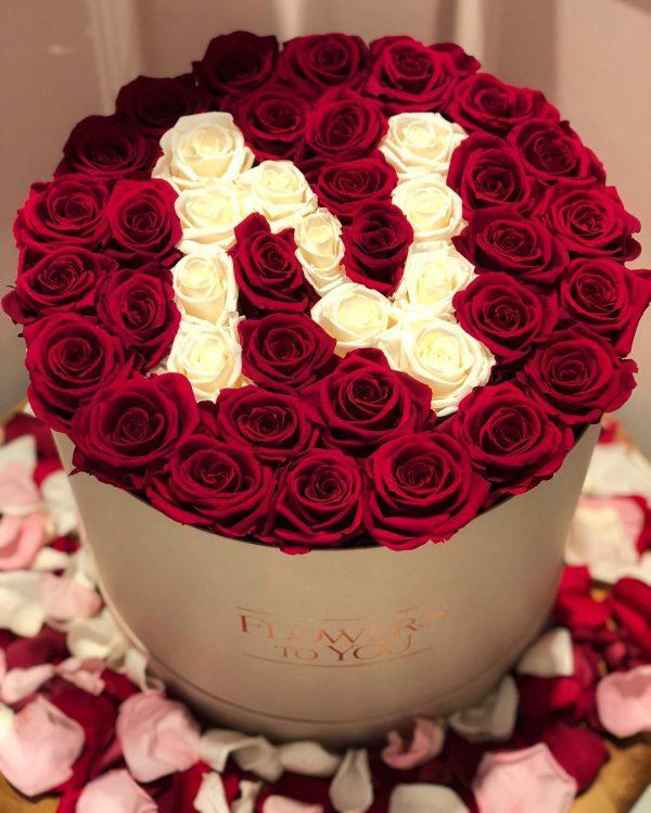 باکس گل استوانه ای هارد باکس با گل رز قرمز و سفید و طراحی حرف N شماره 159