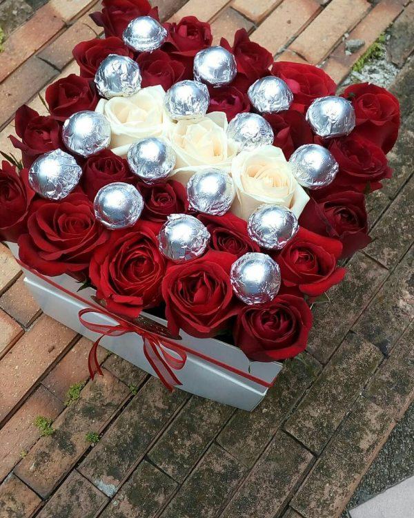 باکس گل مکعبی هارد باکس با گل رز قرمز و سفید به همراه آبنبات چوبی شماره 163 2