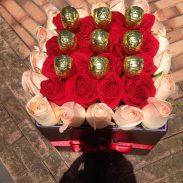 باکس گل مکعبی هارد باکس با گل رز قرمز و صورتی به همراه آبنبات چوبی شماره 167 1
