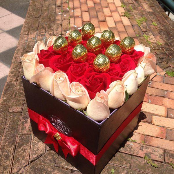 باکس گل مکعبی هارد باکس با گل رز قرمز و صورتی به همراه آبنبات چوبی شماره 167 2