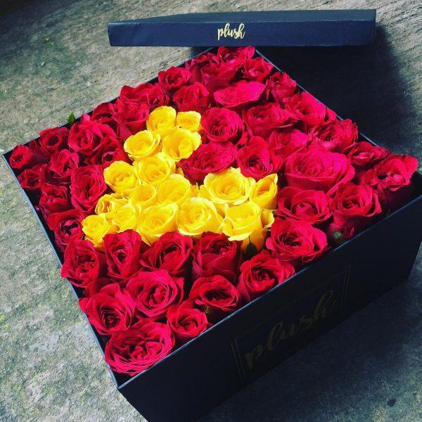 خرید آنلاین و اینترنتی جعبه گل مکعبی هارد باکس با گل رز قرمز و گلبهی با طرح قلب در تهران از فروشگاه و گلفروشی انلاین شادیچی